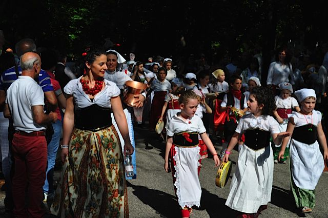 Click for popup of 61-children-in-parade.jpg