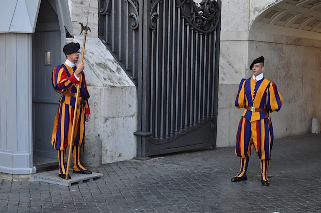 Click for popup of 62-swiss-guards-guarding-vatican-city.jpg
